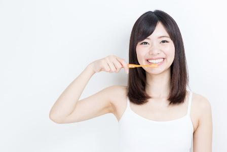 歯みがきをしている女性